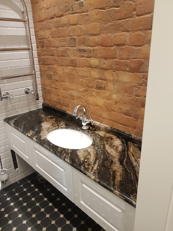 vannas istabas akmens virsma
